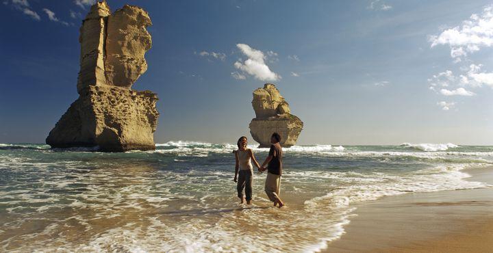 Erleben Sie die Höhepunkte entlang der Great Ocean Road und sehen Sie schroffe Küsten mit berühmten Felsformationen, langgezogene Buchten und das Hinterland.